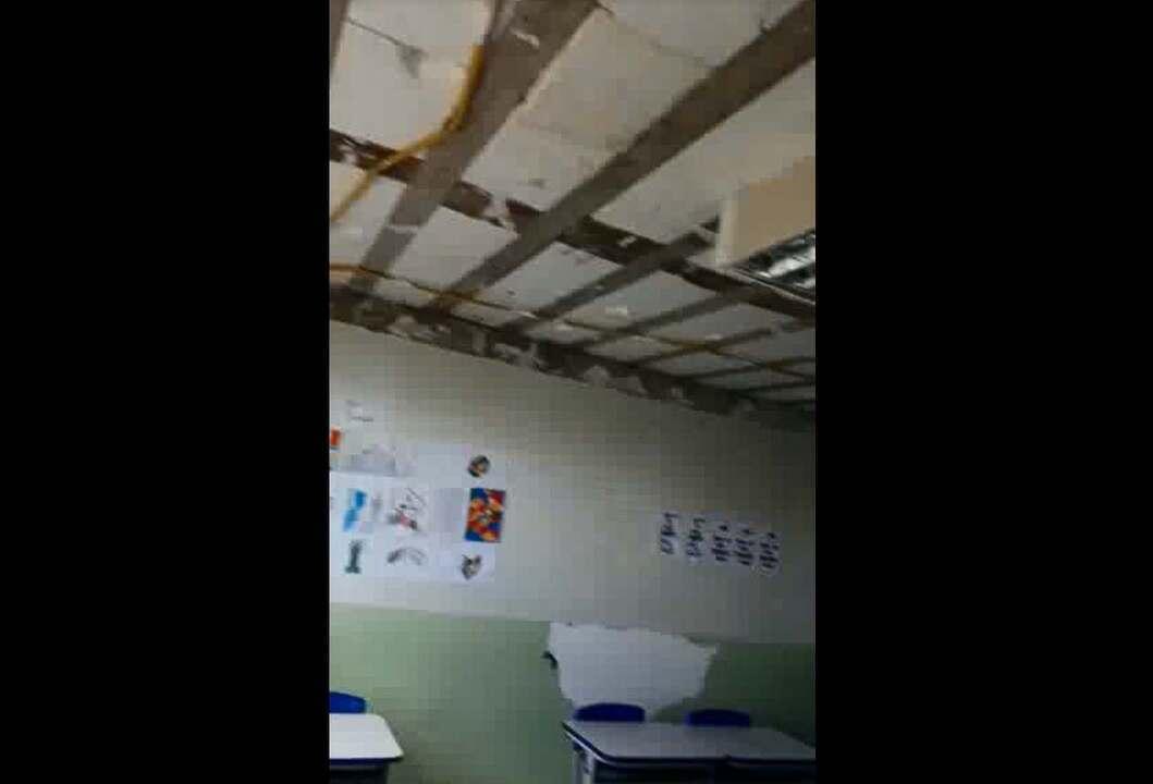 Sala de aula no Paranoá, no DF, sofre com goteiras