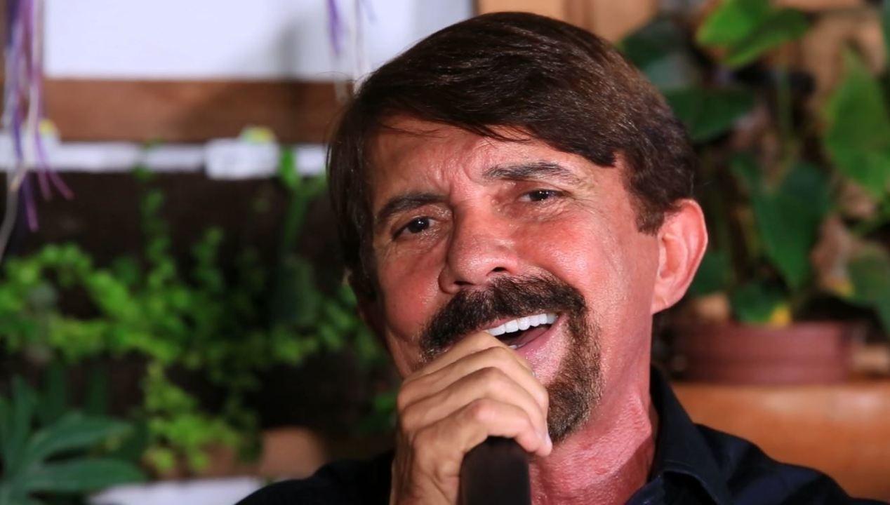 Adelmário Coelho canta sucessos no 'Combinado'