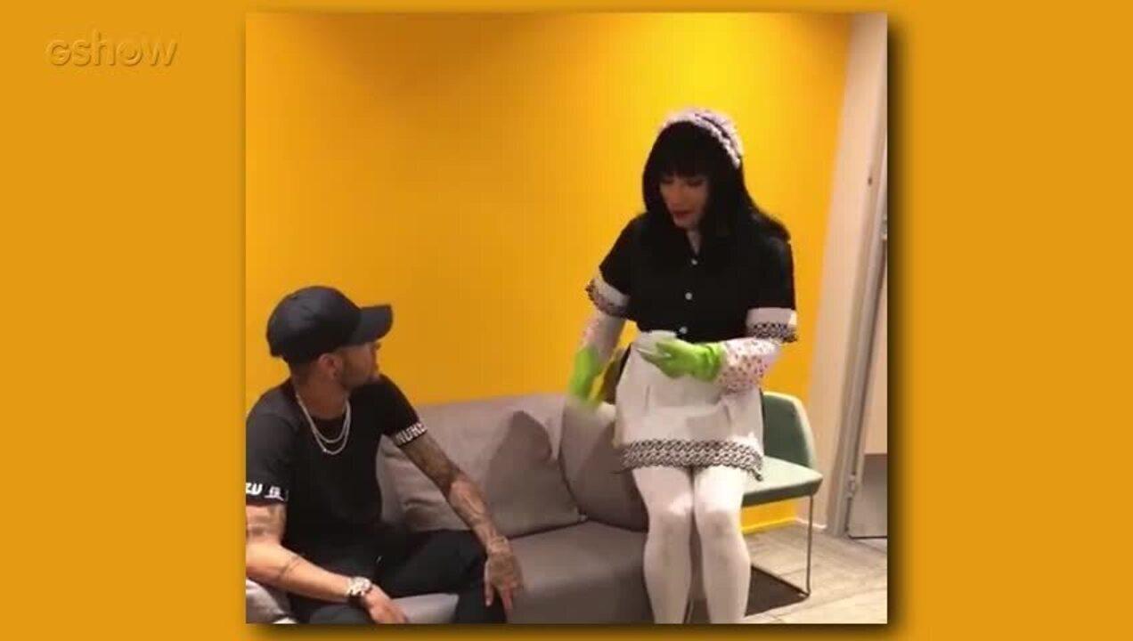 Neymar recebe visita de Mary Help no camarim do