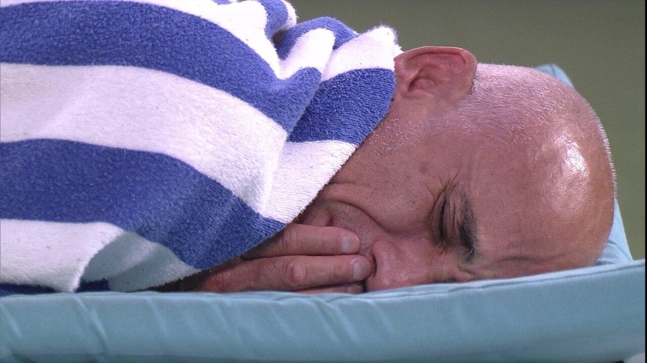 Ayrton chora sozinho na área externa