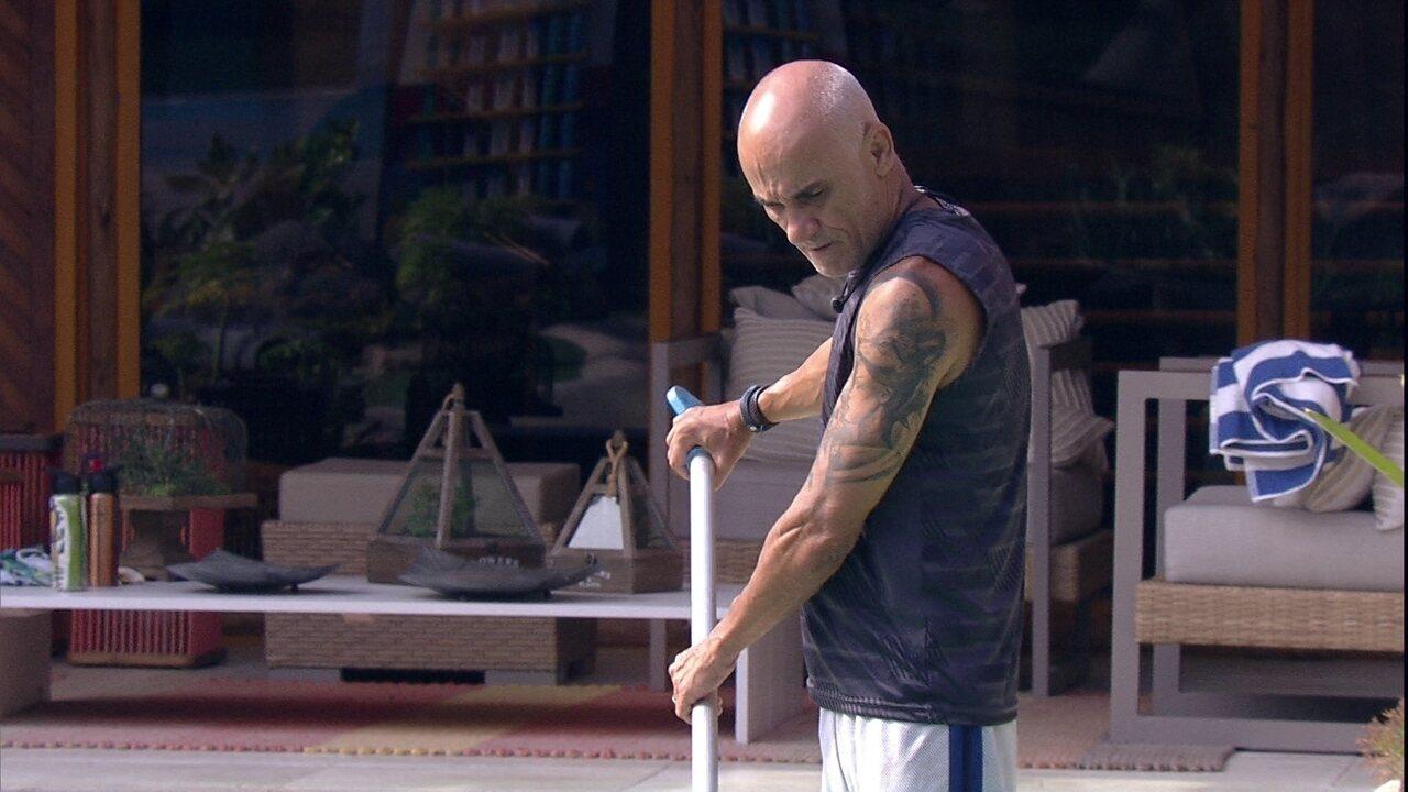 Ayrton desabafa enquanto limpa piscina: 'Tô preocupado'