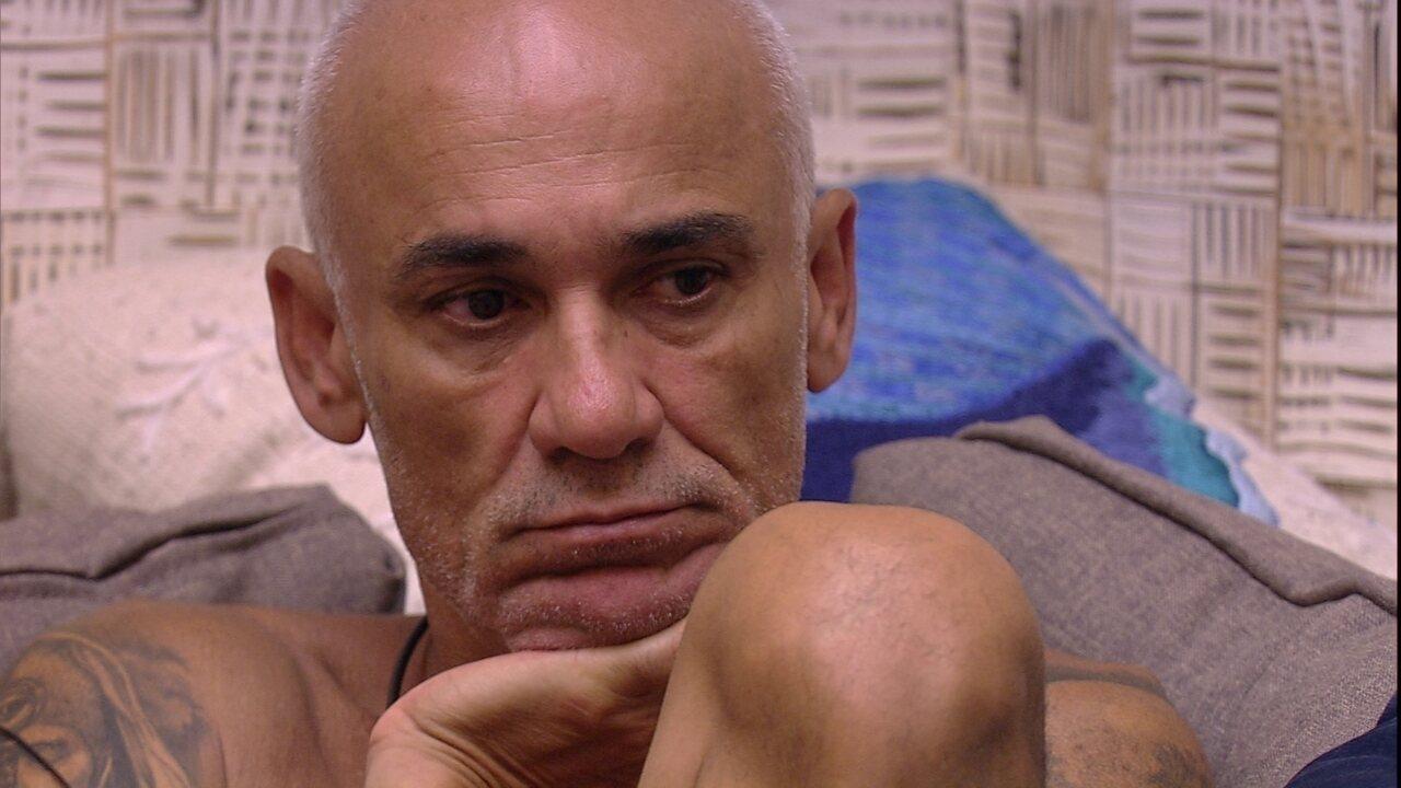 Ayrton fica em silêncio sentado na sala