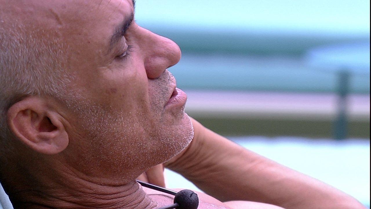 Ayrton fala sozinho no jardim: 'Esquece, Ana Clara'