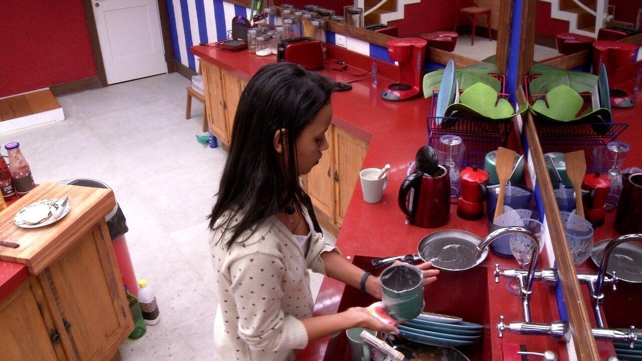 Gleici lava louça que sujou preparando lanche