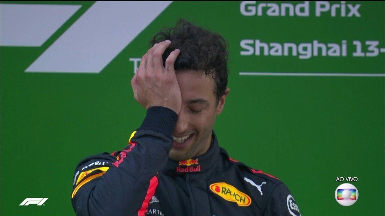 Ricciardo não segura as lágrimas durante premiação