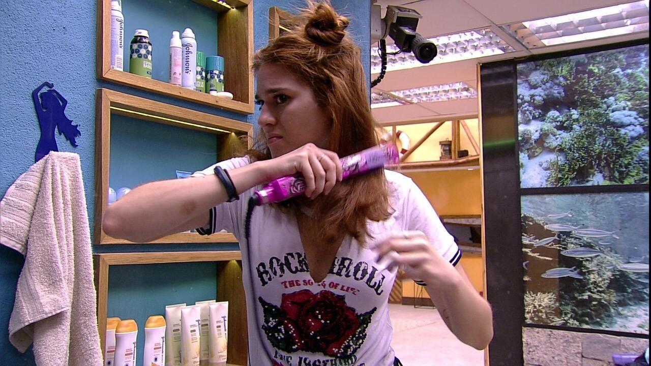 Ana Clara se arruma e alisa os cabelos