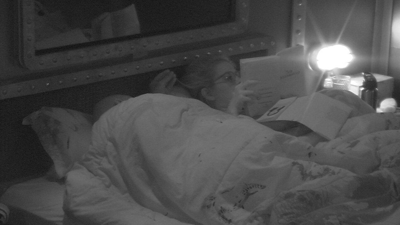 Ana Clara lê e Ayrton mexe no cabelo da sister