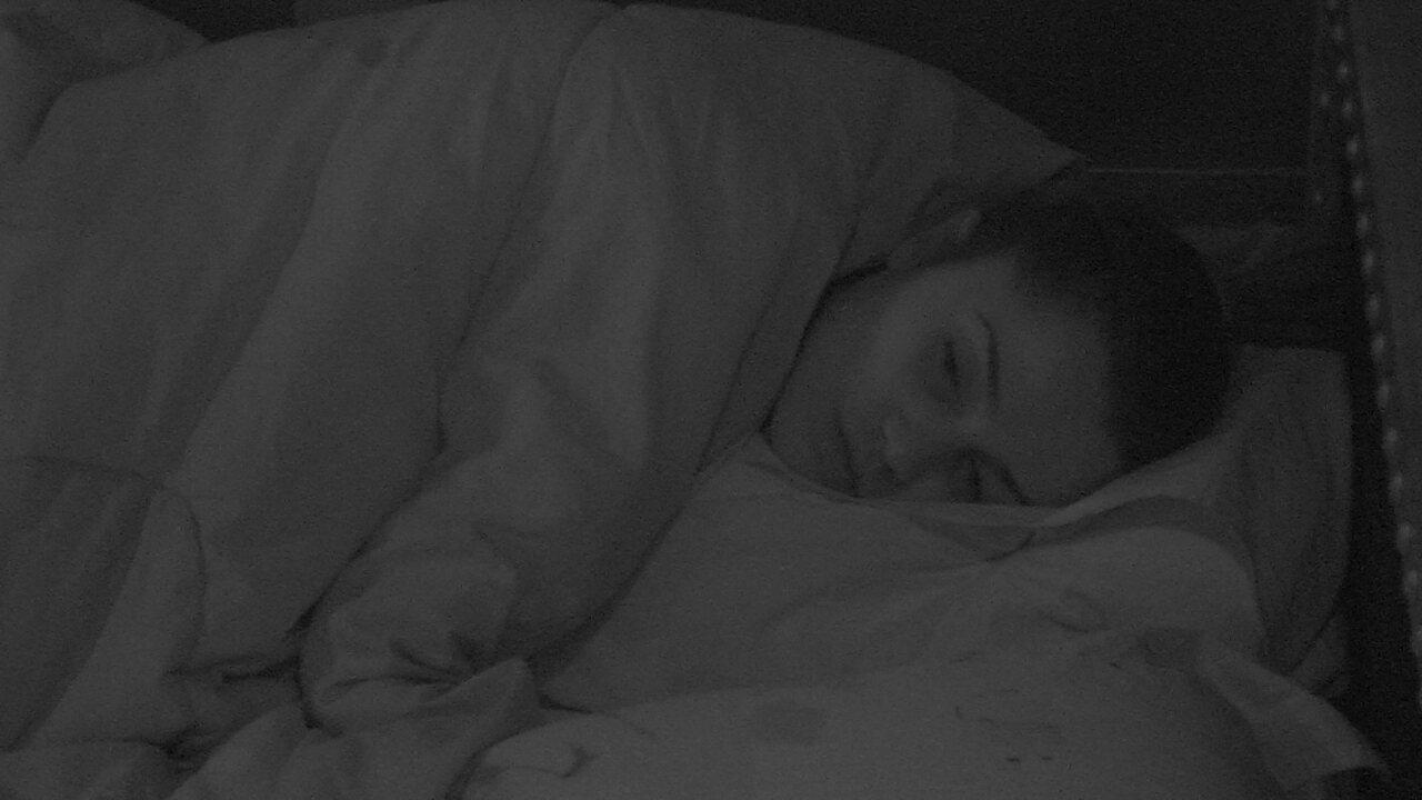 Líder Paula permanece de olhos abertos deitada no Quarto Submarino