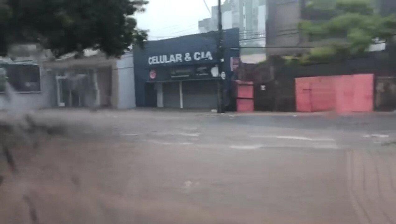 Chuva deixa alagada Avenida Colares Moreira em São Luís
