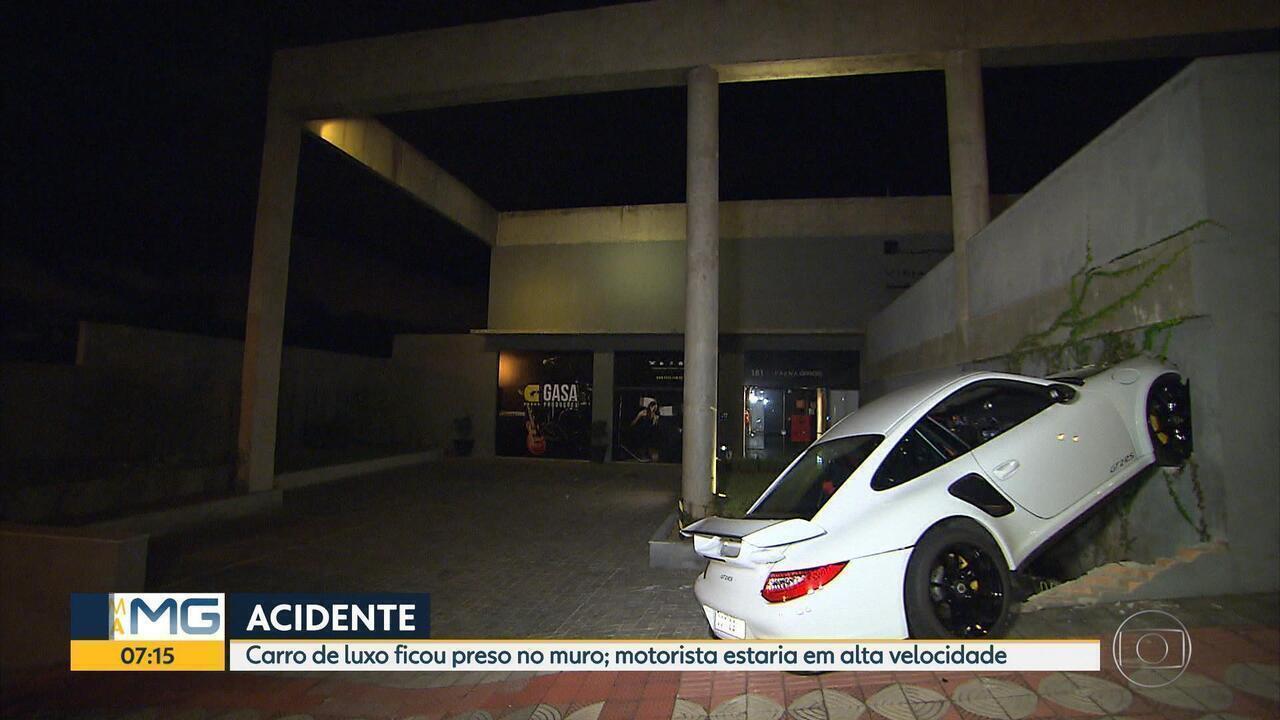 Motorista foge após bater Porsche em muro em Belo Horizonte
