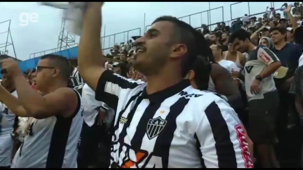 Atleticano Mohamed torce pelo Galo nas arquibancadas de São Januário