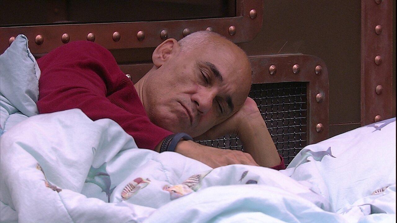 Ayrton dorme apoiado com a mão na cabeça