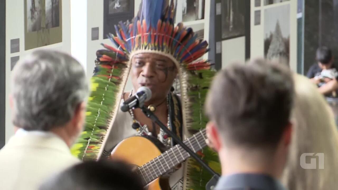 Cacique do povo Mongaguá canta hino nacional de Tupi Guarani