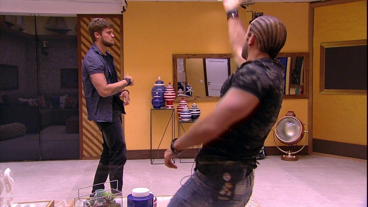 Kaysar e Breno dançam na sala