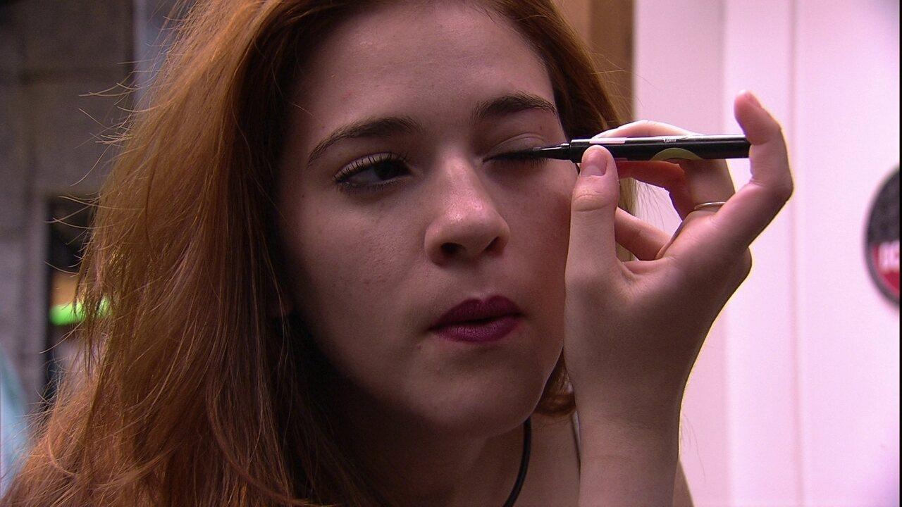 Ana Clara faz maquiagem em Noite de Eliminação