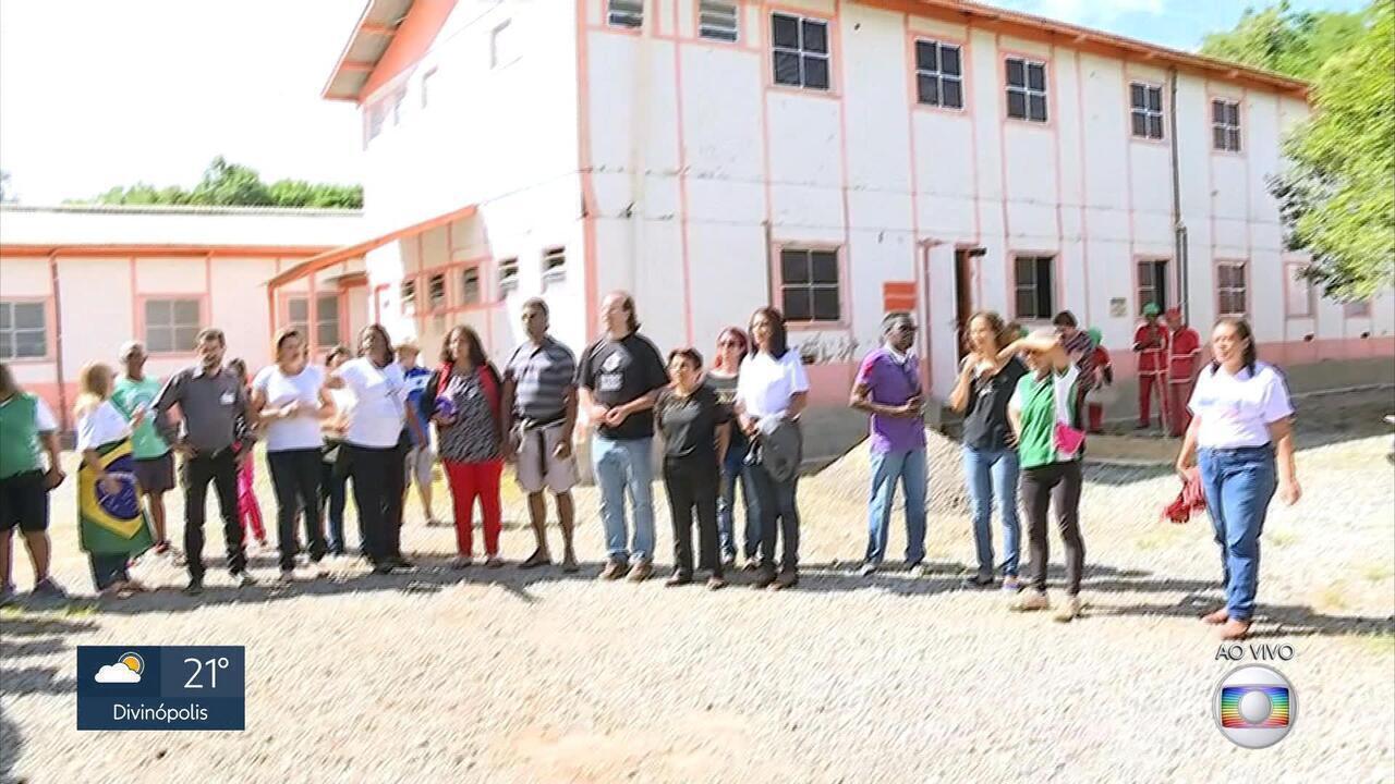 Moradores fazem protesto por causa de condição de centro de saúde em BH