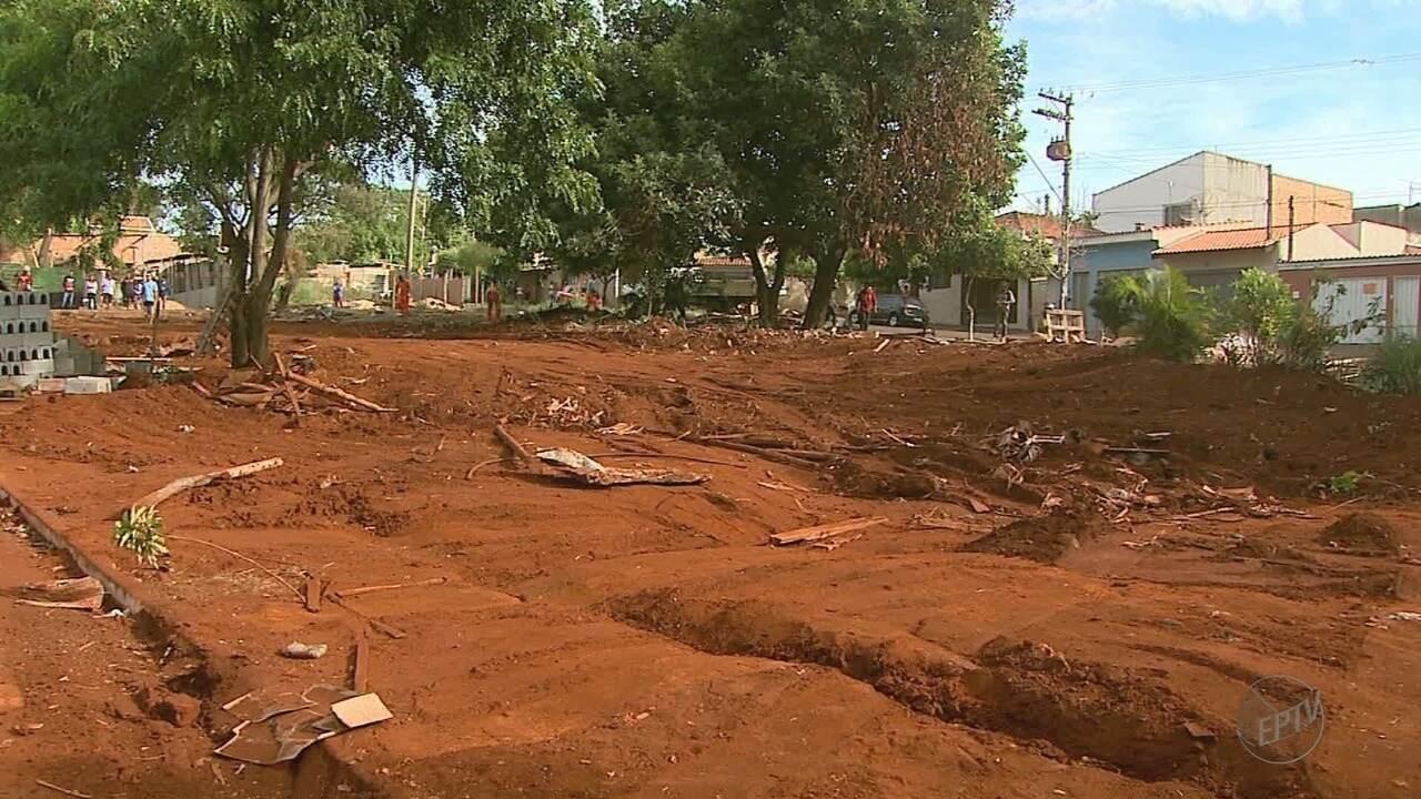 Barracos erguidos em terreno público são destruídos em Ribeirão Preto