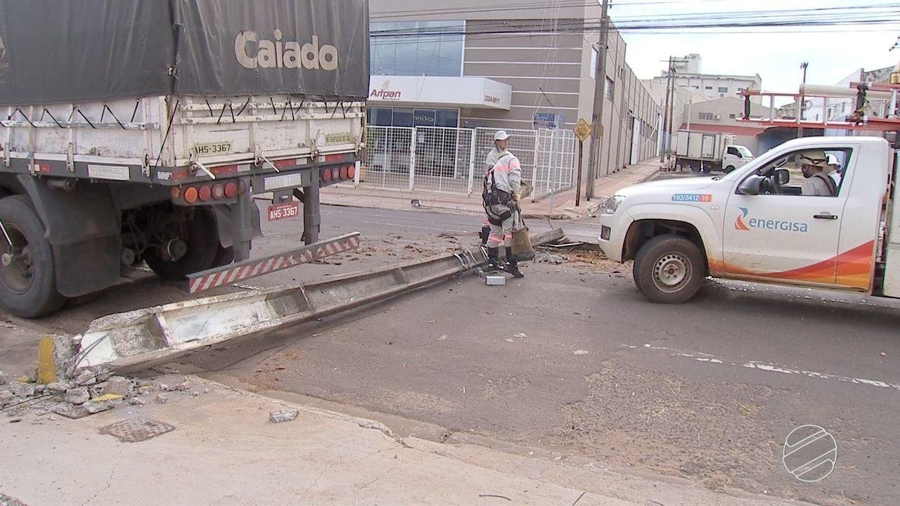 Carreta derruba poste e fios em rua de Campo Grande