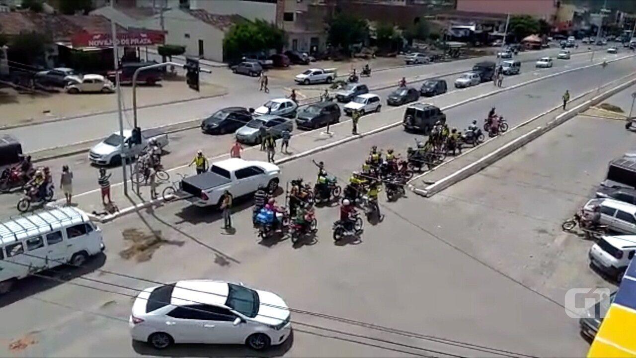 Mototaxistas se reúnem e tapam buraco na PE-160 em Santa Cruz do Capibaribe