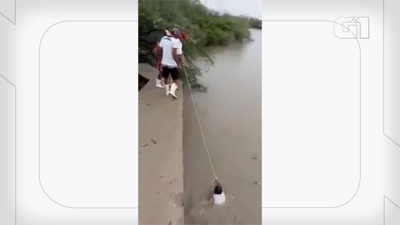 Vídeo mostra homens sendo salvos no Rio Mossoró
