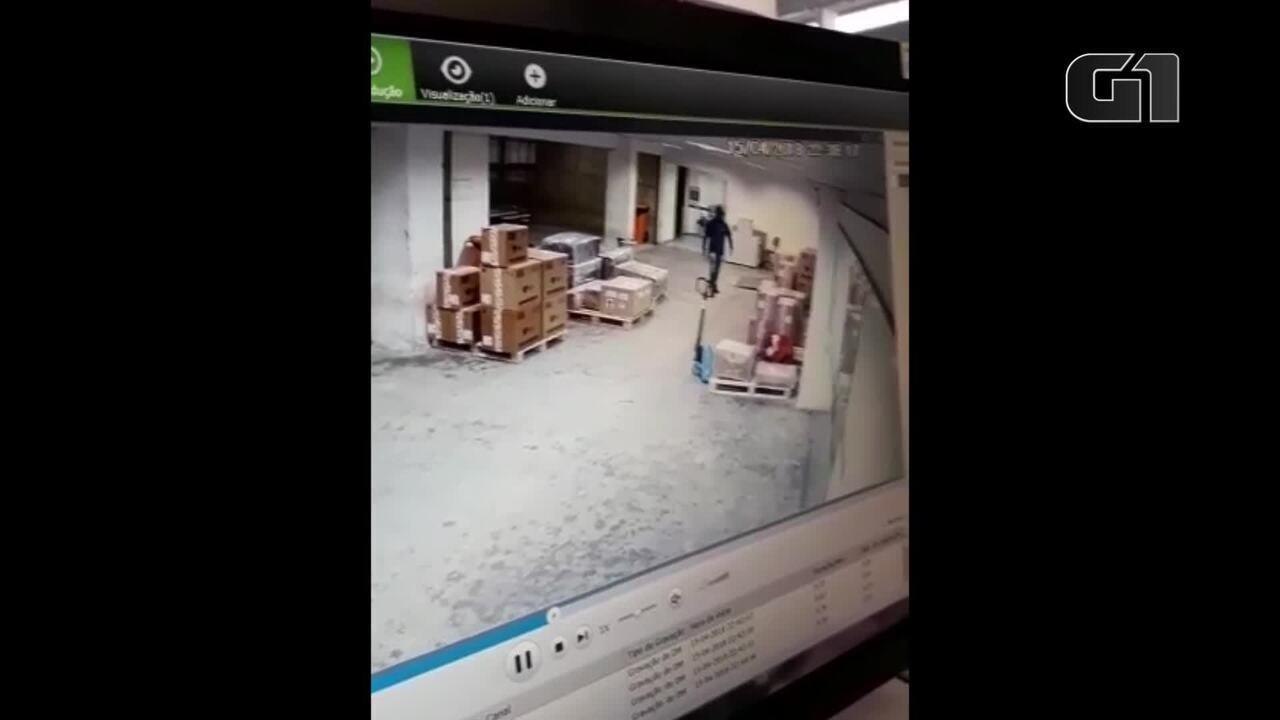 Vídeos mostram o roubo milionário no terminal de cargas do Aeroporto do Galeão, no Rio
