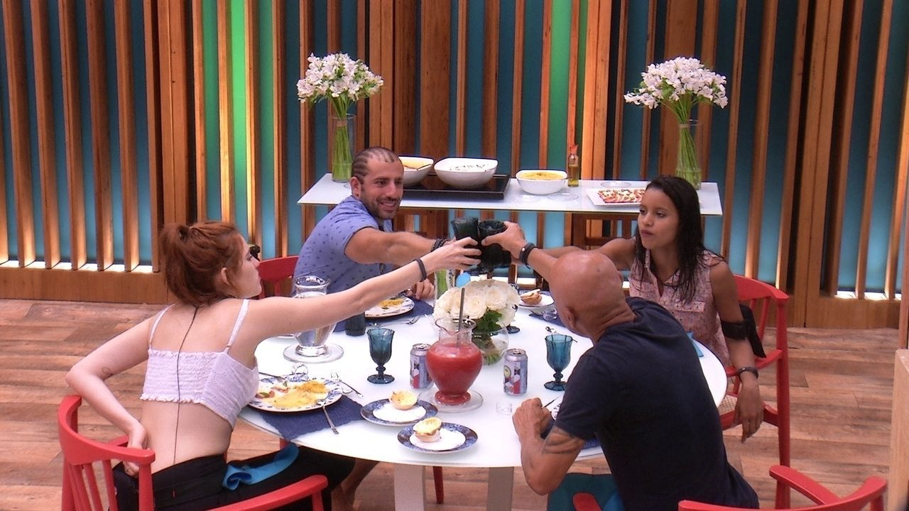 Ana Clara, Ayrton, Gleici e Kaysar brindam em almoço especial