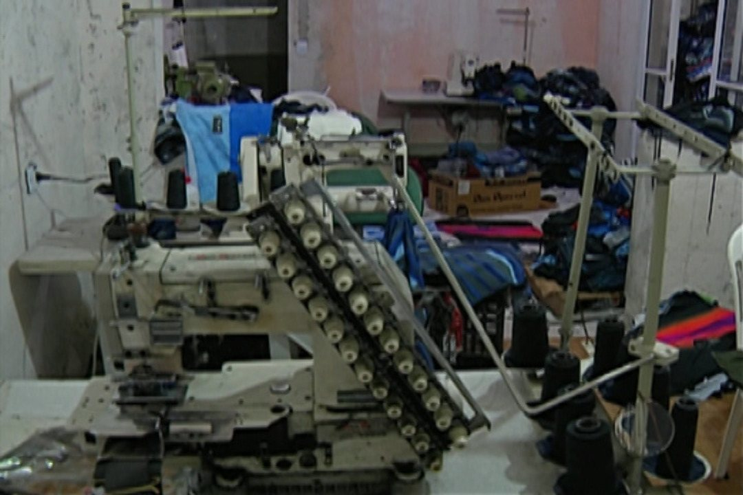 Polícia de Itaquaquecetuba descobre fábrica de roupas falsificadas