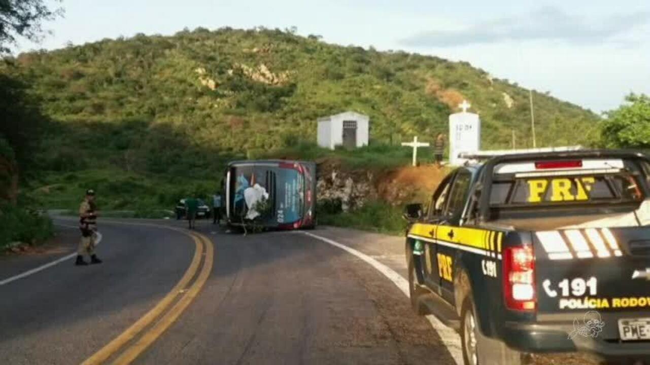Ônibus de viagem tomba e deixa 22 feridos no Ceará