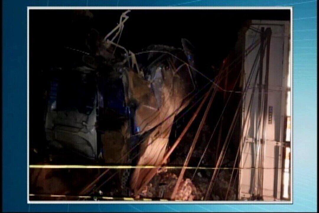 carretas batem de frente e deixam mortos na br 262 entre luz e
