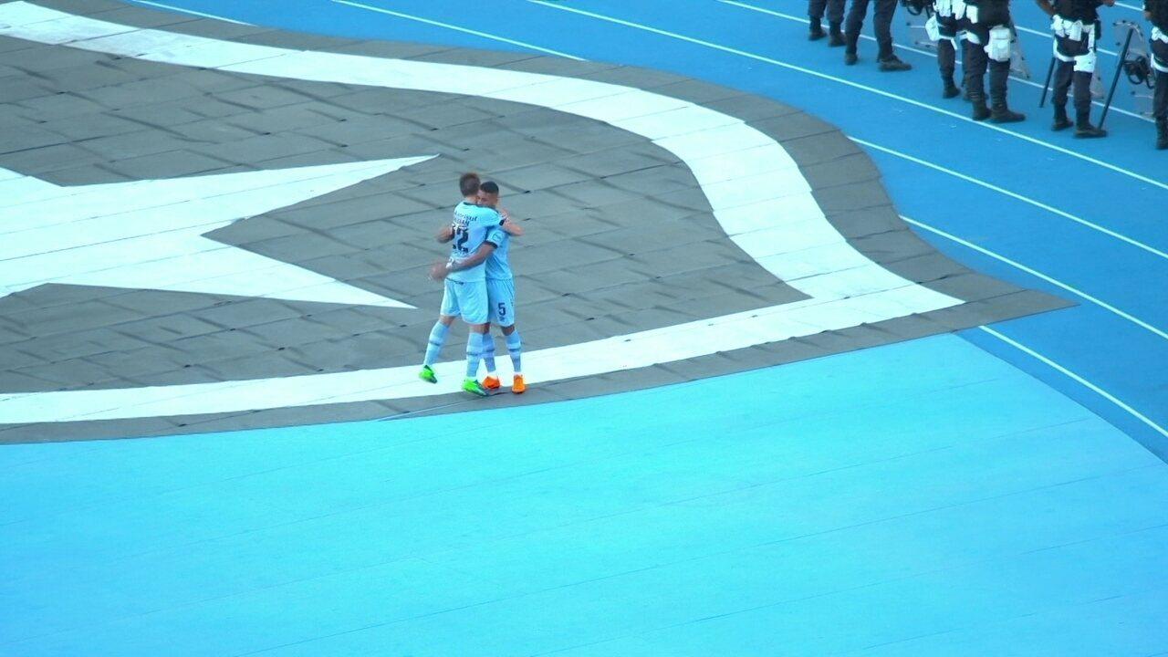 Gol do Grêmio! Alisson cobra escanteio, e Igor Rabello cabeceia contra aos 37 do 1º tempo