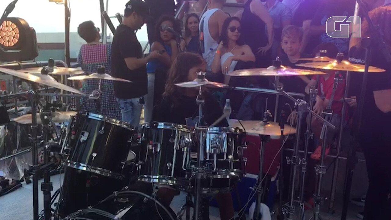 Marcelinho toca bateria no trio de Ivete
