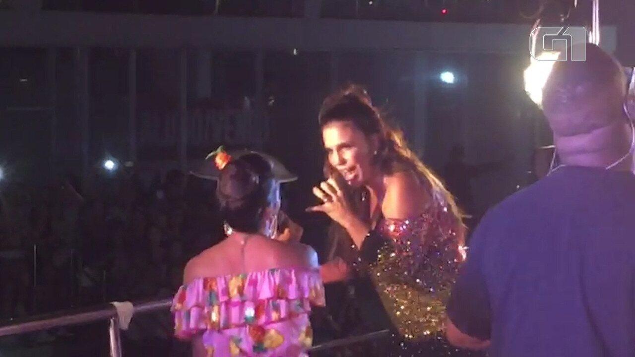 Camila Nunes canta com Ivete