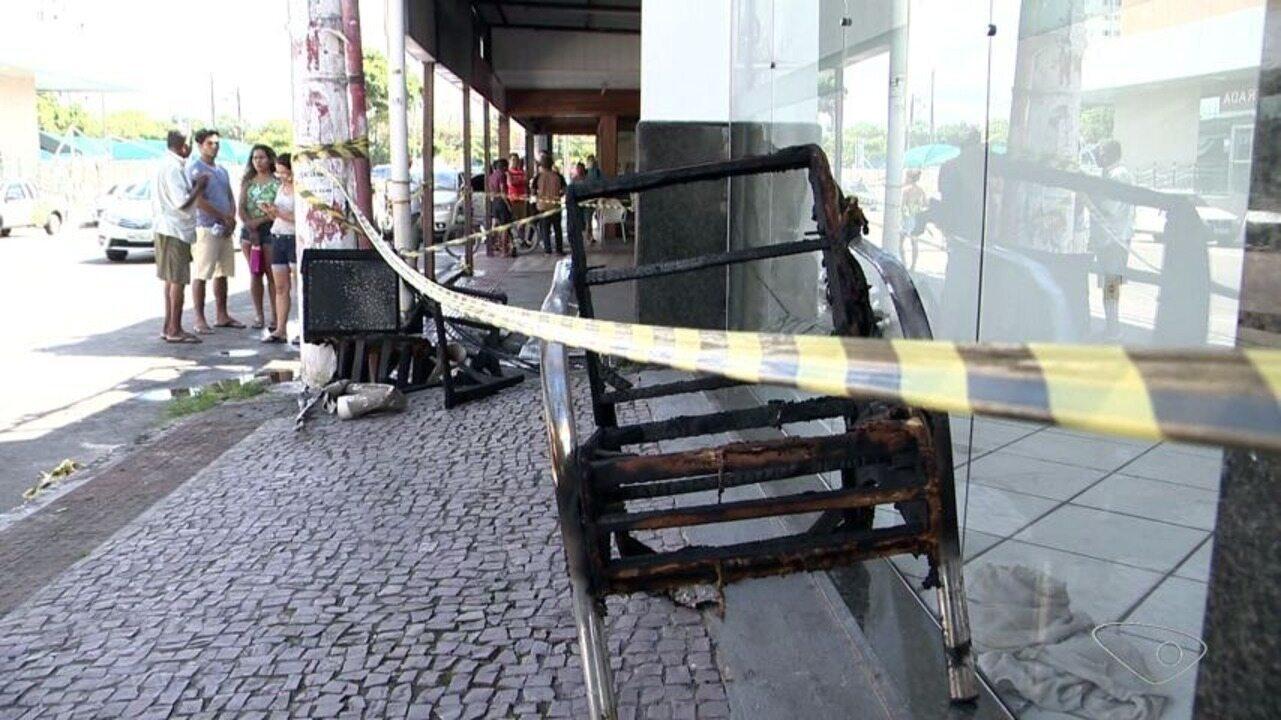 Loja de reparo de estofados fica destruída após incêndio em Vila Velha, ES
