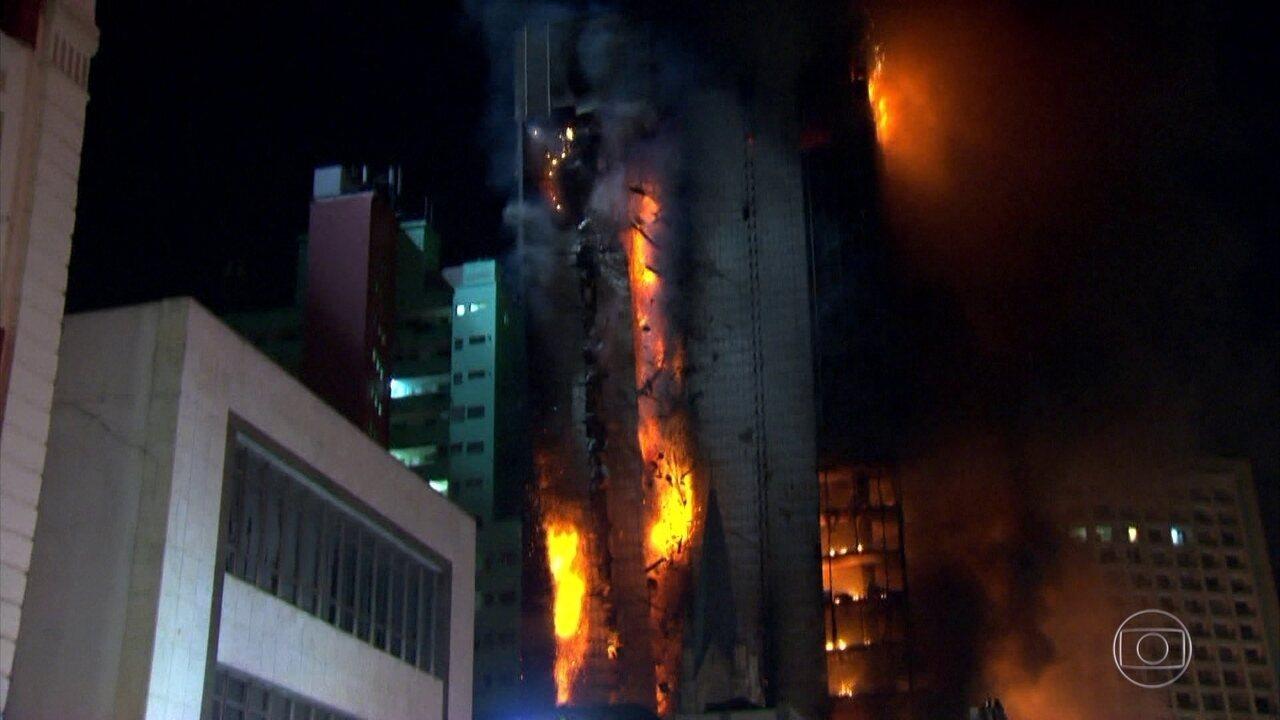 Veja o momento em que prédio desaba no centro de São Paulo