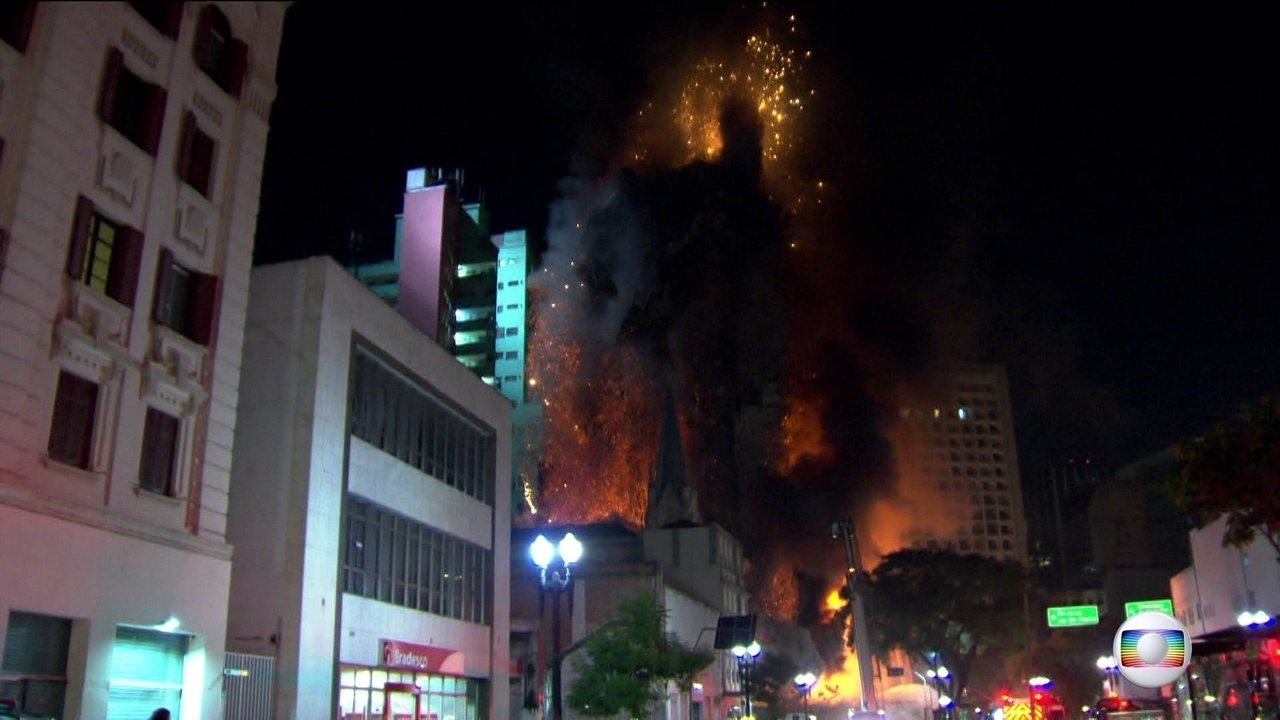 Em oito segundos, prédio desaba e leva moradores ao desespero