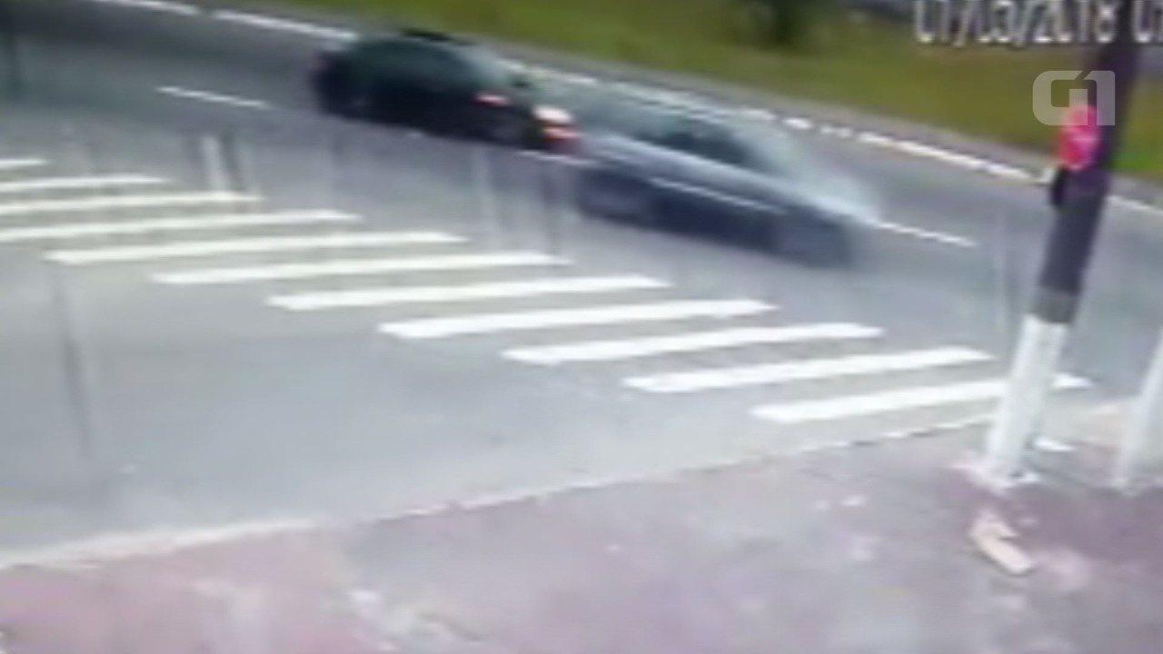 Câmera flagra carro em alta velocidade antes de colisão em Praia Grande, SP