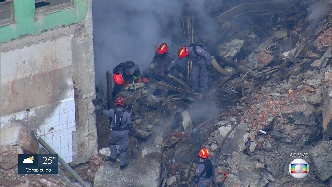 Bombeiros fazem trabalho delicado de busca por vítima de desabamento
