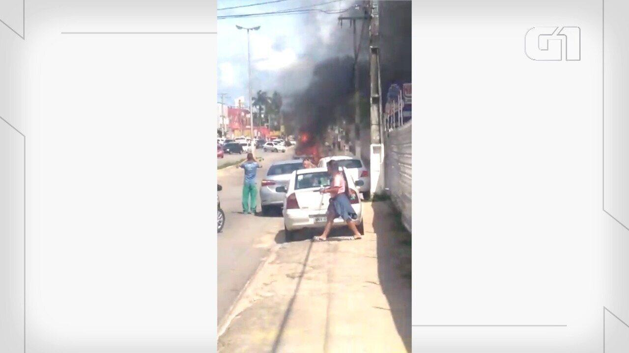 Carro pega fogo na Av. Ayrton Senna, na Zona Sul de Natal