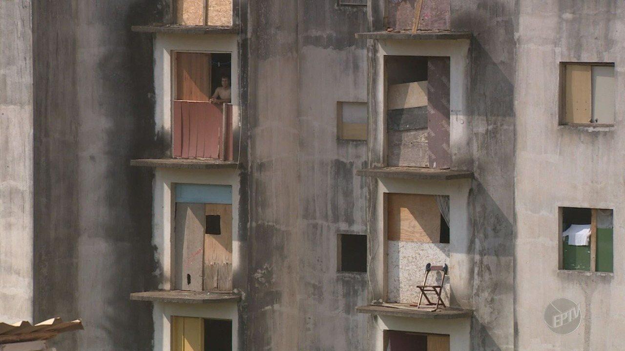 Três prédios em condições precárias estão ocupados por famílias em Campinas