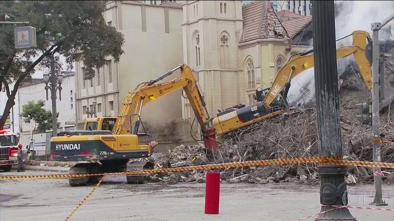 Resultado de imagem para Bombeiros iniciam buscas com máquinas pesadas em edifício que desabou