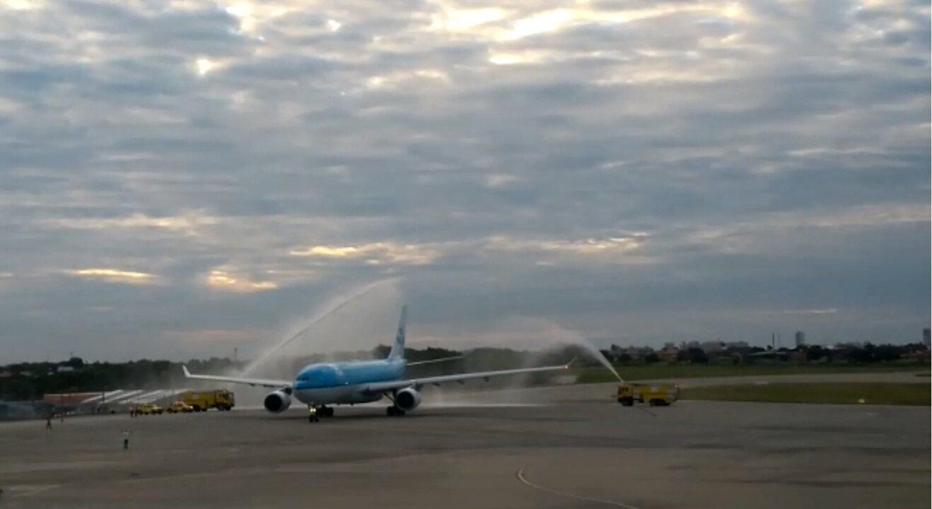 Primeiro voo comercial vindo direto de Amsterdã são batizados em Fortaleza