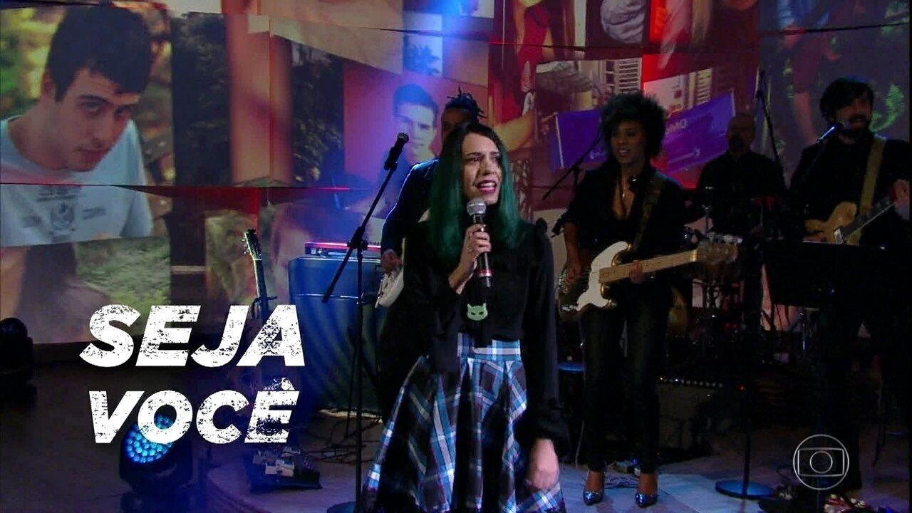 Amanda Paschoal encerra programa cantando