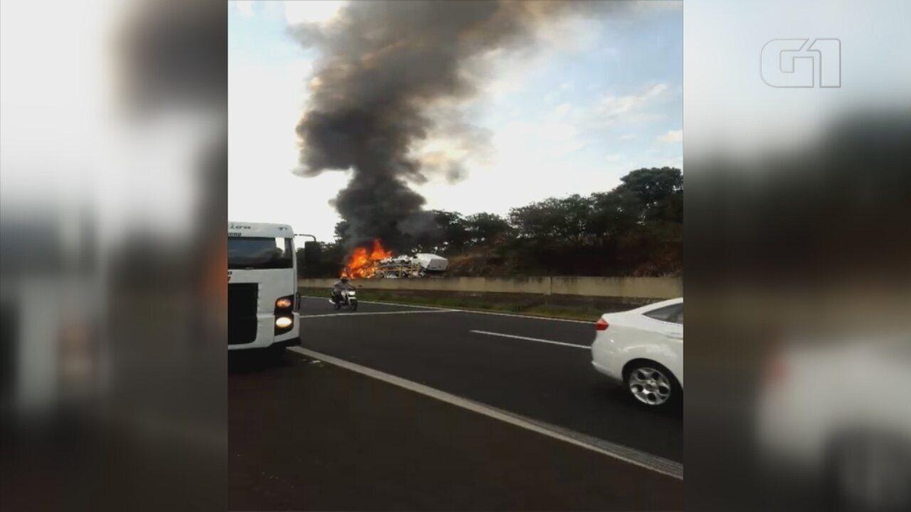 Incêndio em caminhão-cegonha prejudica tráfego na Rodovia Marechal Rondon em Bauru