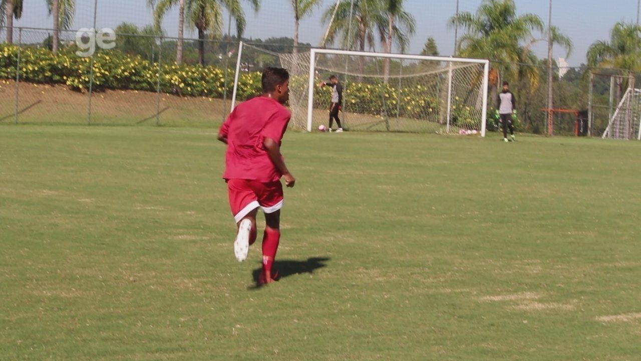 Filhos de Falcão e Marcelinho Paraíba brigam por posição e dividem sonho no futebol