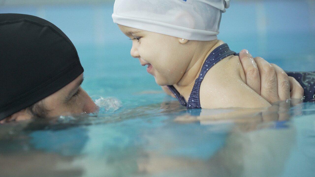 Veja dicas de como ajudar os bebês a desenvolver a força e os prejuízos da superproteção