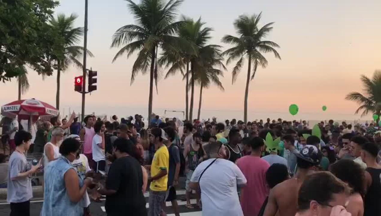 Manifestantes realizam 18ª edição da Marcha da Maconha em Ipanema