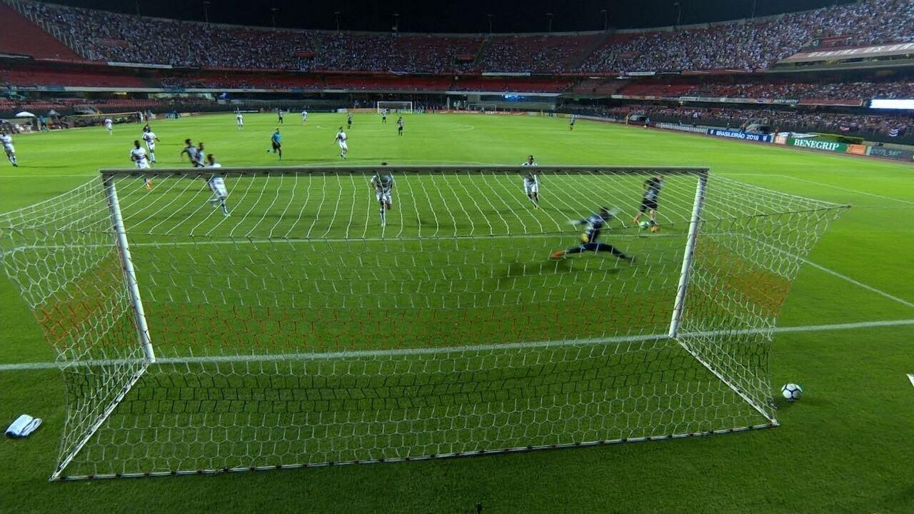Roger Guedes recebe na cara do gol, mas Sidão faz grande defesa