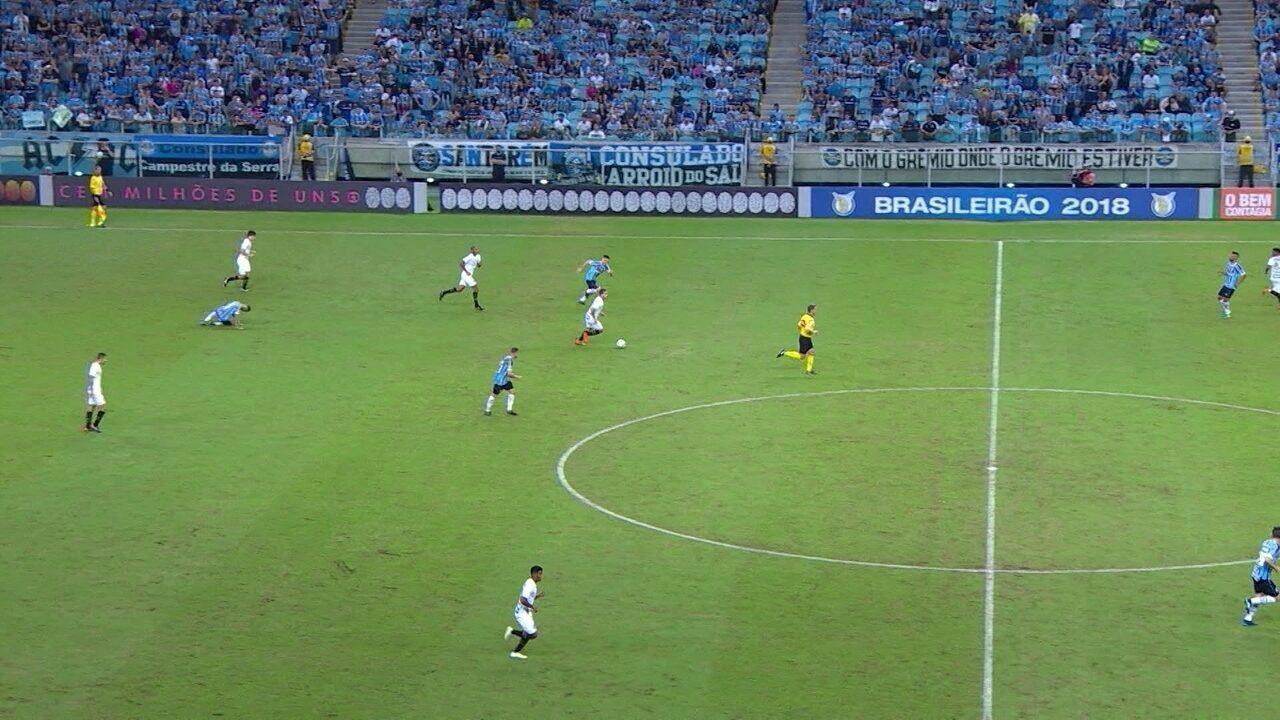 Jean Mota é desarmado, volta andando e chega atrasado no quinto gol gremista