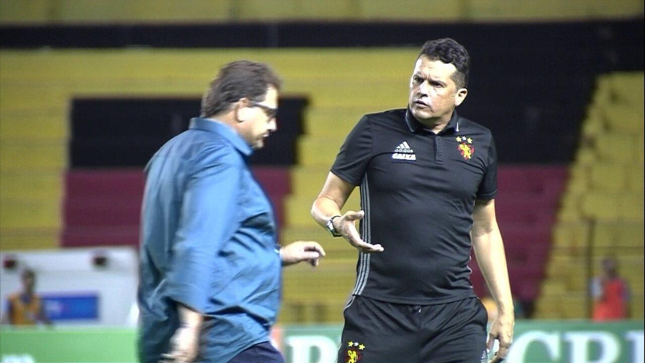 Claudinei Oliveira tenta cumprimentar Guto Ferreira que passa direto após o jogo