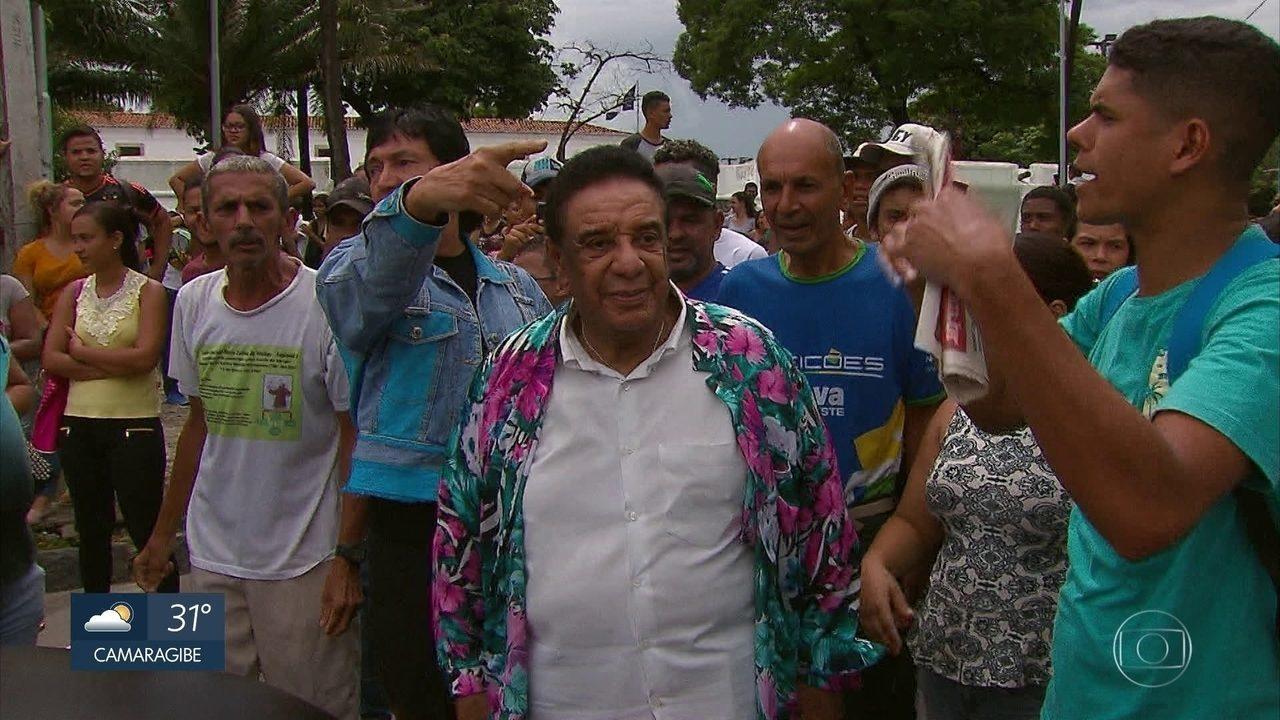Eleitores fazem protesto perto de cartório e cantor Agnaldo Timóteo fica preso no local
